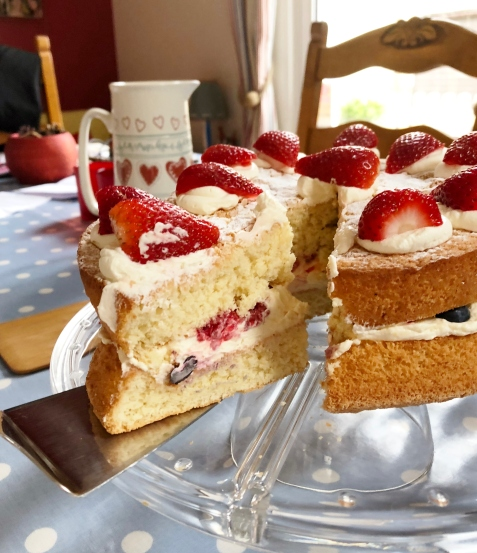 berry_cream_sponge_sliced